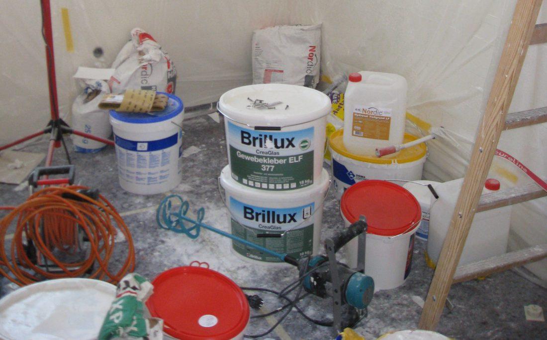 Farbeimer auf der Baustelle